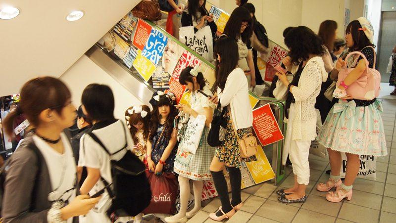 Schlange in einem japanischen Mode-Kaufhaus