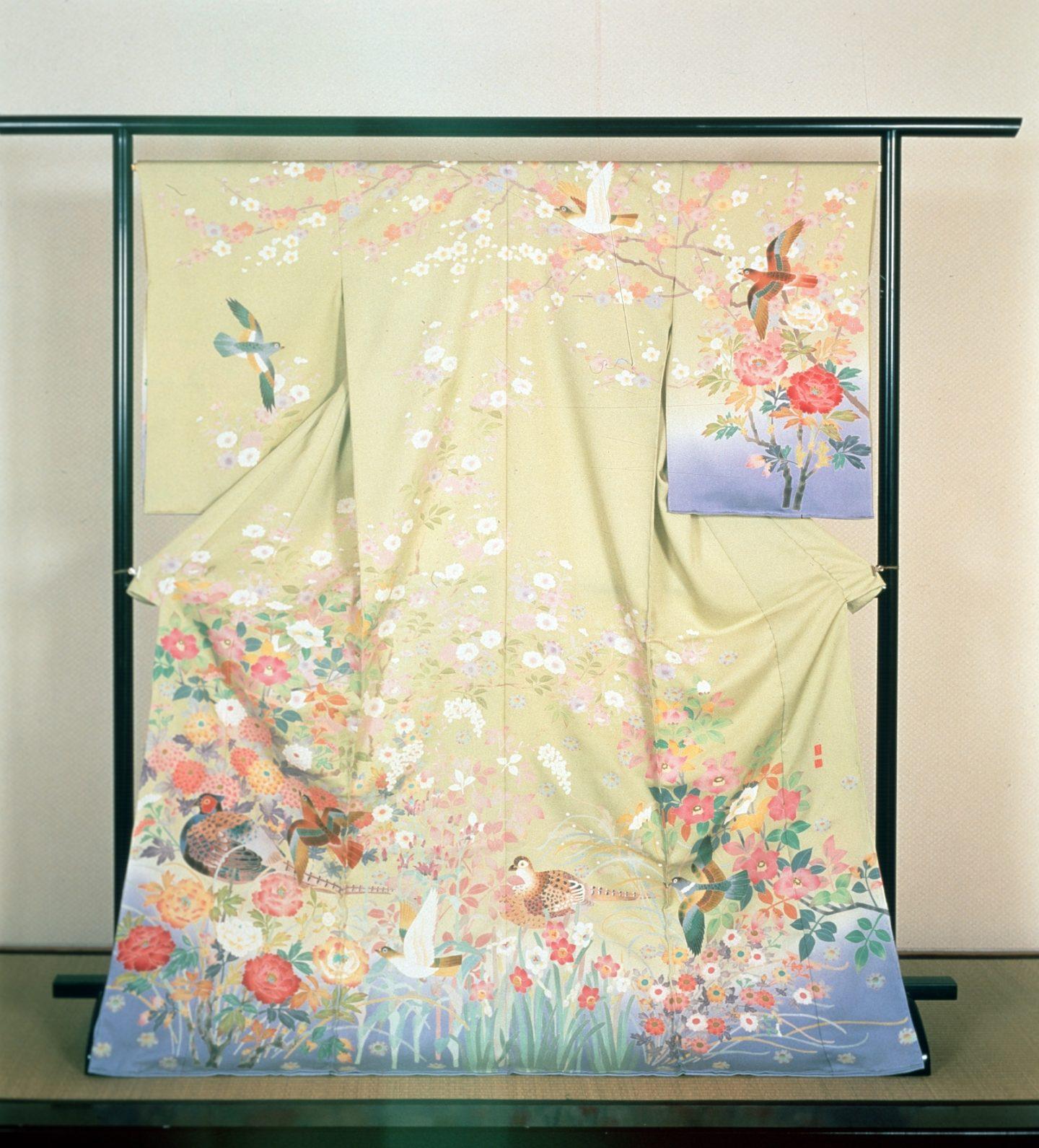 Ein prächtiger Hōmongi-Kimono auf der Präsentierstange.