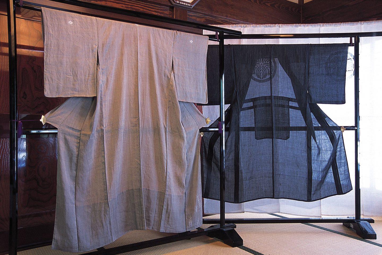 zwei leichte Kimono auf Rahmen aufgehängt