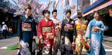 Junge Frauen in festlichen Furisode-Kimono