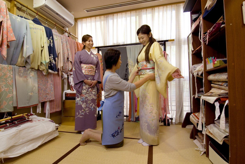 Junge Frau wird in einem Kimono gekleidet