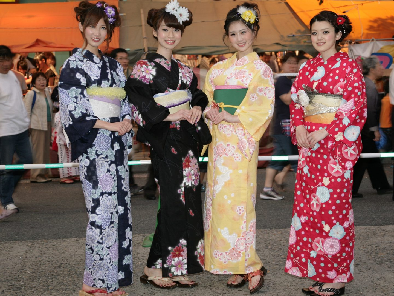 Junge Frauen im Yukata, dem Sommergewand