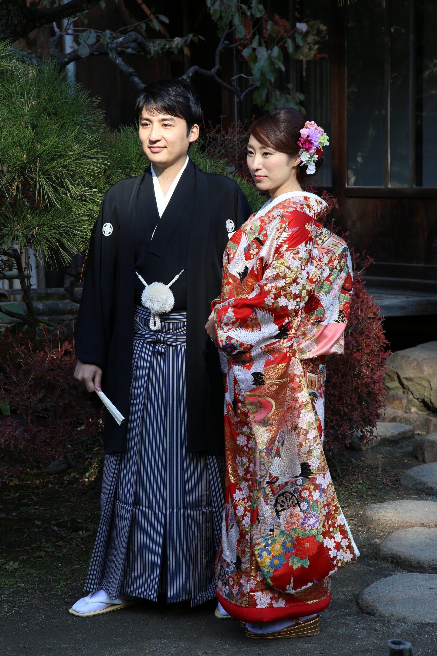 Japanisches Paar in traditionellen hochzeitsgewändern