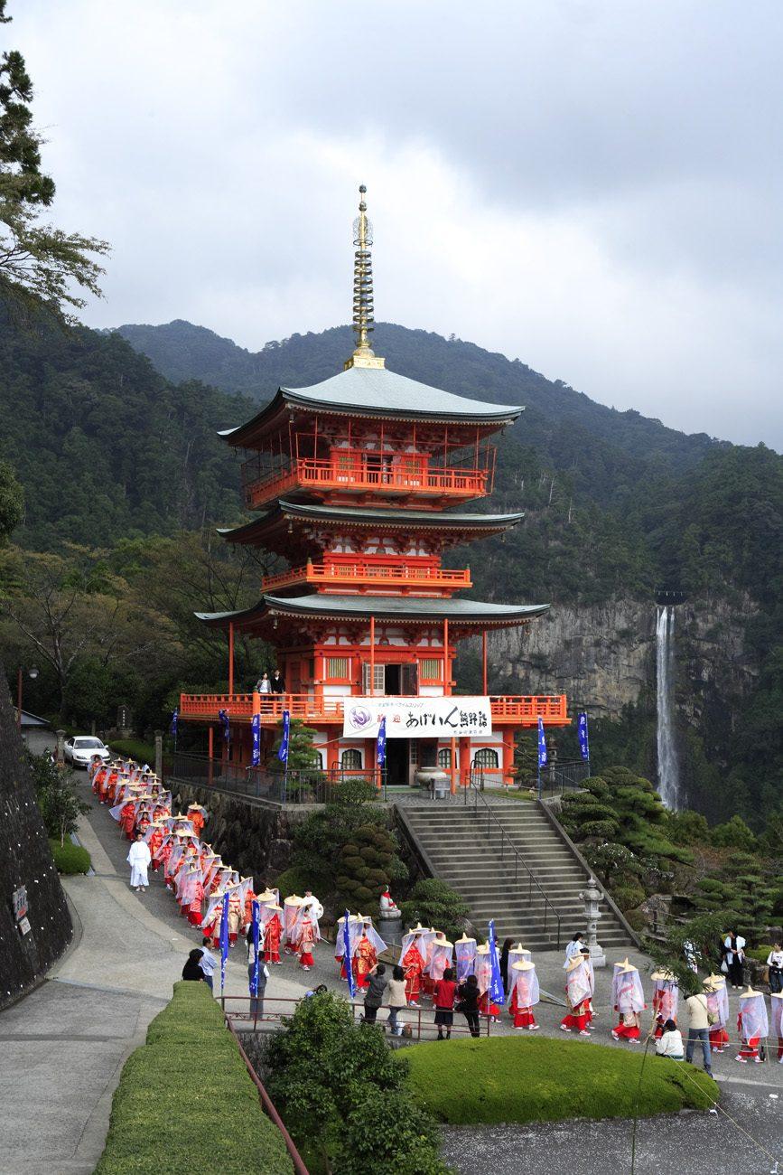 Der Seiganto-ji-Tempel mit dem Wasserfall.