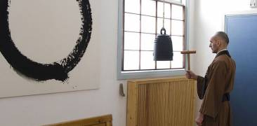 Zazen bell with Enso in Background © Spoktu