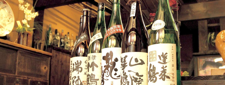 Sake-Flaschen in einer Bar