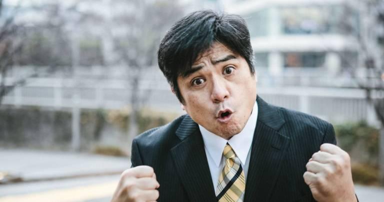 empörter Mann schwenkt Fäuste in die Kamera