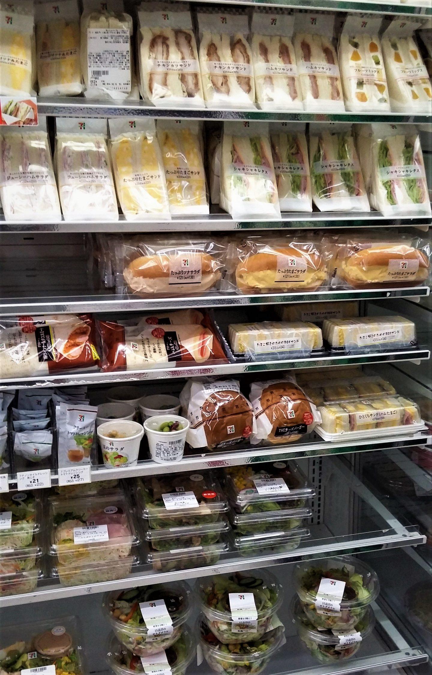 Mahlzeiten-Asuwahl in einem Kühlregal eines japanischen Konbinis