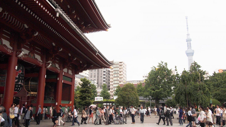 Stadtviertel Asakusa in Tokyo mit Menschen
