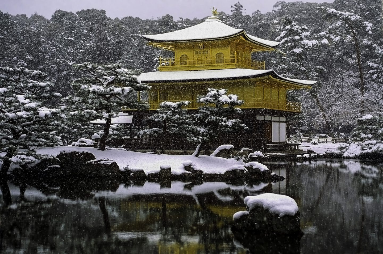 Schneebedeckter Kinkaku Tempel in kyoto