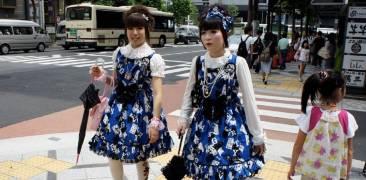 Zwei japanische Frauen im Lolita-Stil überqueren eine Straße