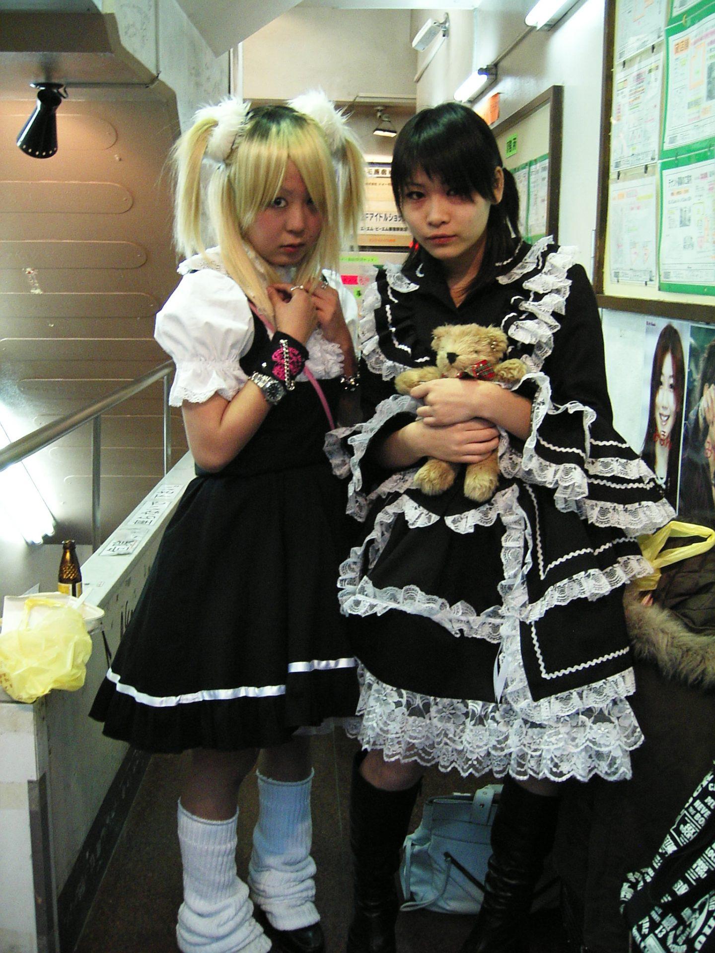 zwei japanische Frauen im Lolita-Look posieren für ein Foto