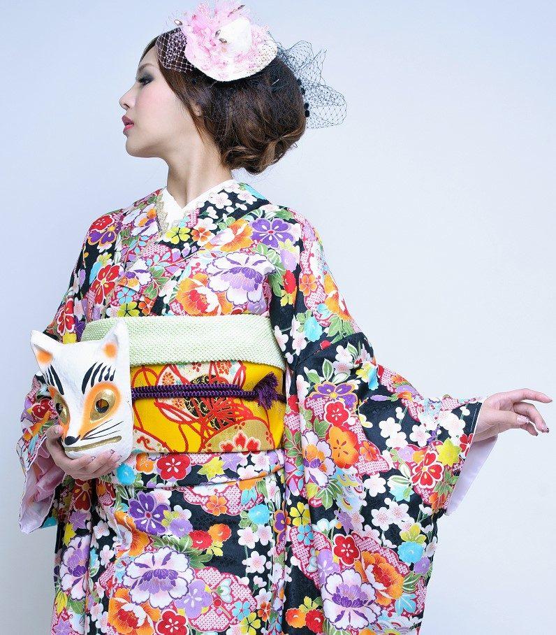 Japanerin in Kimono mit Fuchs-Maske