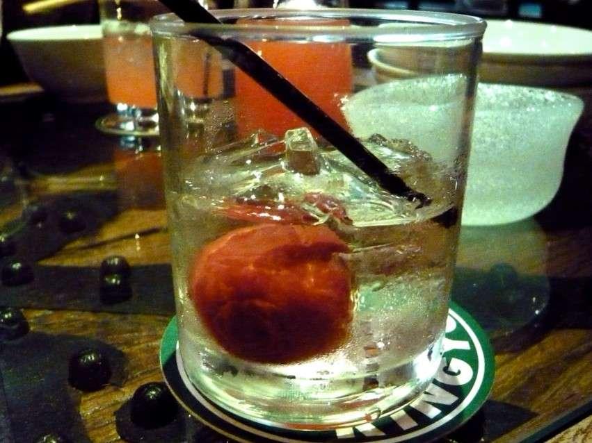 Umeboshi in einem Shochu-Drink