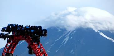 Achterbahn im Fuji-Q Highland Vergnügungspark mit dem Fuji im Hintergrund
