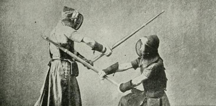 zwei japanische schwertkämpfer mit masken