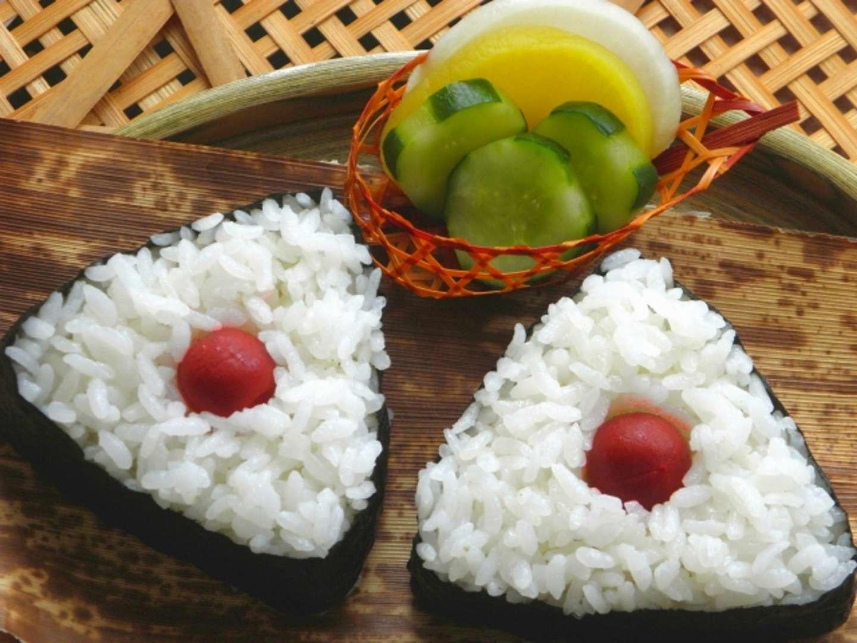 zwei Onigiri mit Ume Füllung
