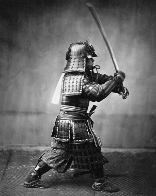 Samurai in Rüstung mit gezogenem Schwert