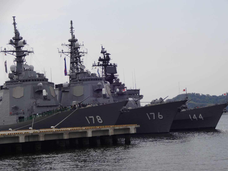 Im Vordergrund: Der Lenkwaffenzerstörer JS Ashigara (DDG-178) der japanischen Meeresselbstverteidigungsstreitkräfte. (c) sixfeeetunder / Flickr CC.20