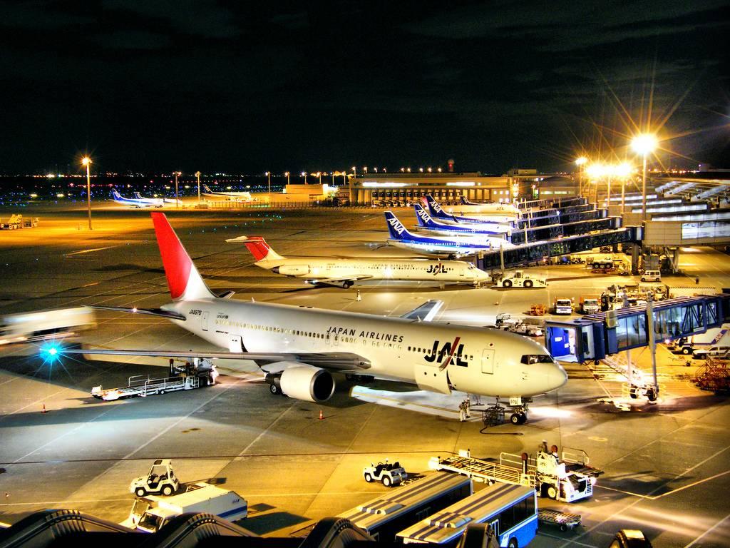 Japanischer Flughafen bei Nacht