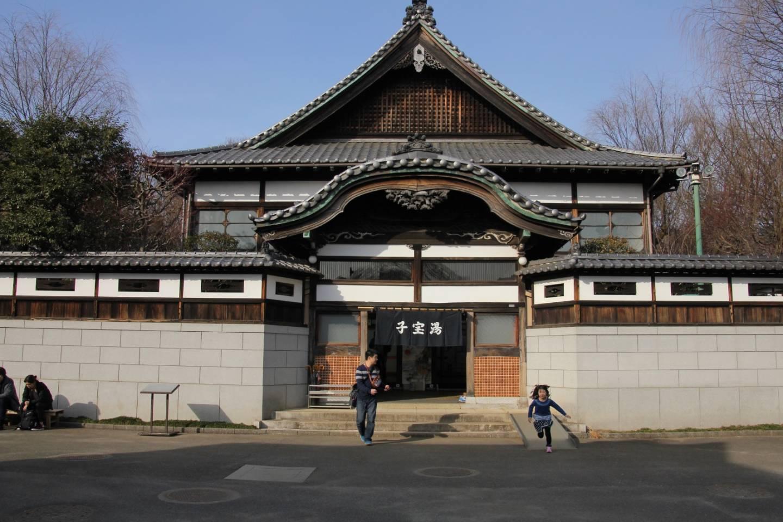 Öffentliche Badehäuser sind aufgrund ihrer Geschichte in Stil buddhistischer Tempel gehalten. © fuku41 / photo AC