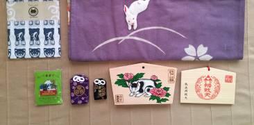 Sammlung japanischer Mitbringsel: Glücksbringer, Votivtafeln, Magnet und Tücher