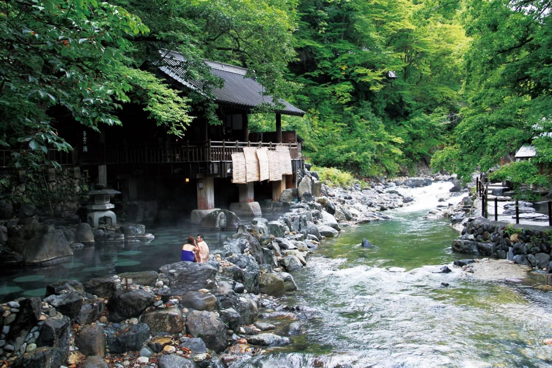Im Onsen erwartet die Gäste ein offener Ausblick in die natürliche Umgebung, hier in Minakami in der Präfektur Gunma. © JNTO