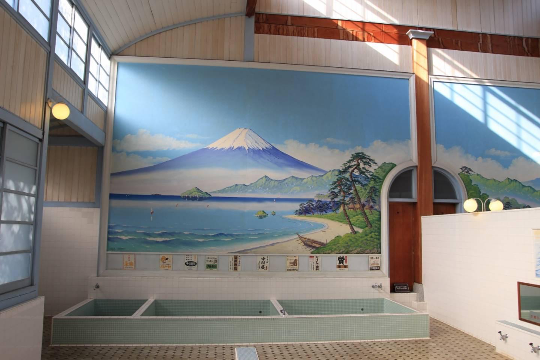 Im Sentō wird durch hohe Decken und große Landschaftsgemälde das Gefühl eines Open-Air-Bades vermittelt. © acworks / photo AC