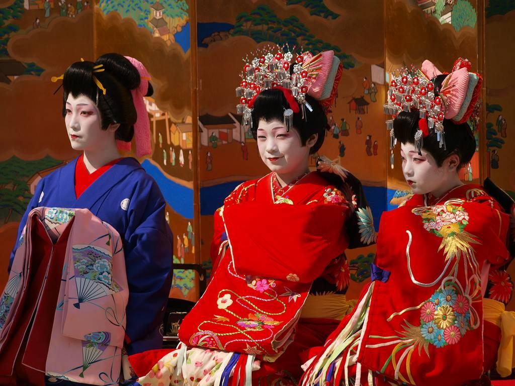 drei als Oiran gekleidete Frauen nebeneinander