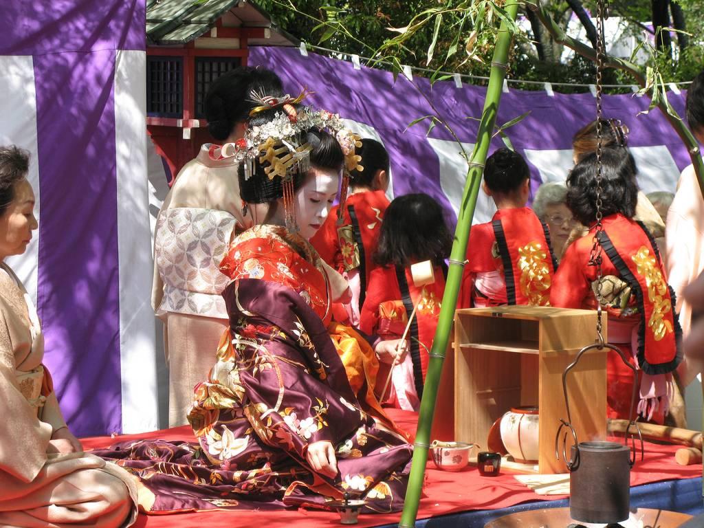 Eine Oiran-Darstellerin bei einer öffentlichen Teezeremonie