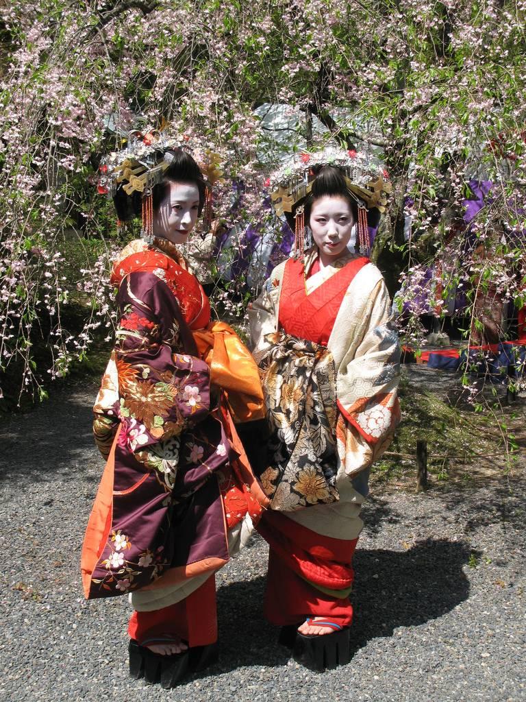 Zwei Oiran posieren für ein Foto