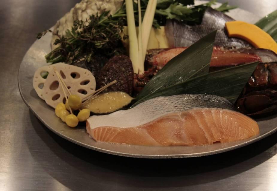 Fisch und Gemüse auf einem teller angerichtet