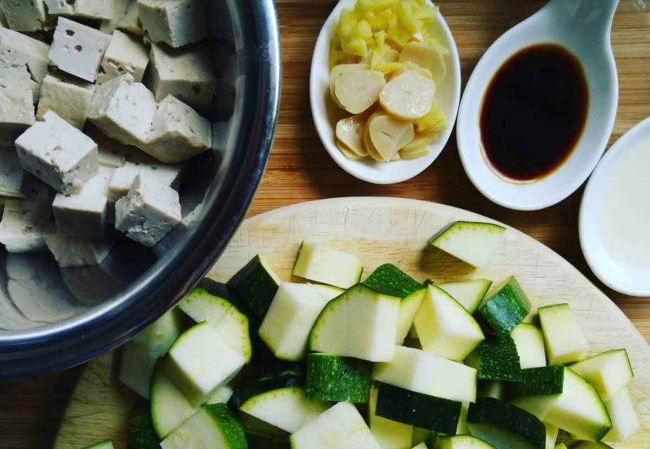 Zutaten für Tofu-Zucchini-Pfanne, kleingeschnitten