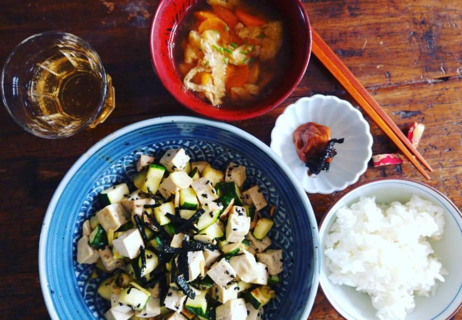 Tofu-Zucchini-Pfanne als Teil eines Menüs