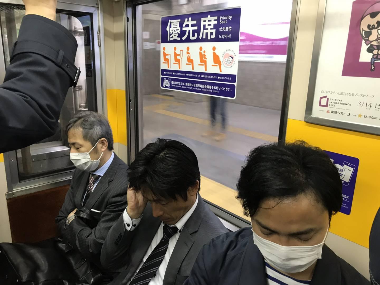 sitzende Bahnfahrer in Japan