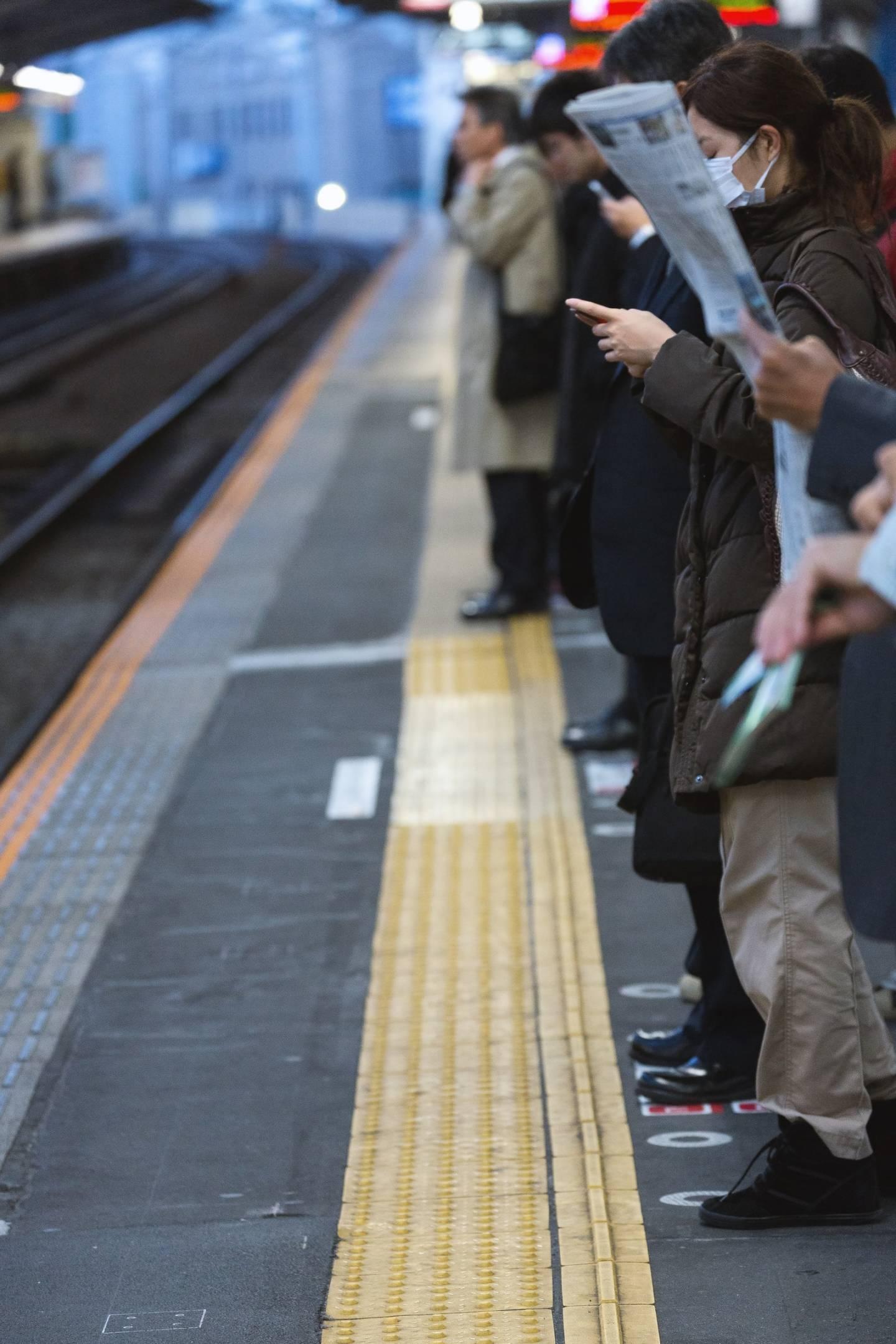 wartende bahnfahrer am Bahngleis
