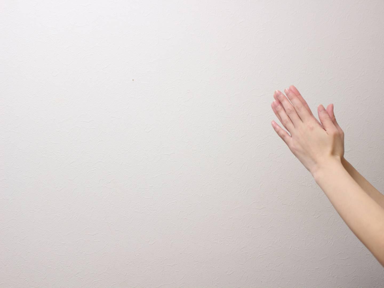Aufeinandergefaltete Hände als entschuldigende Geste