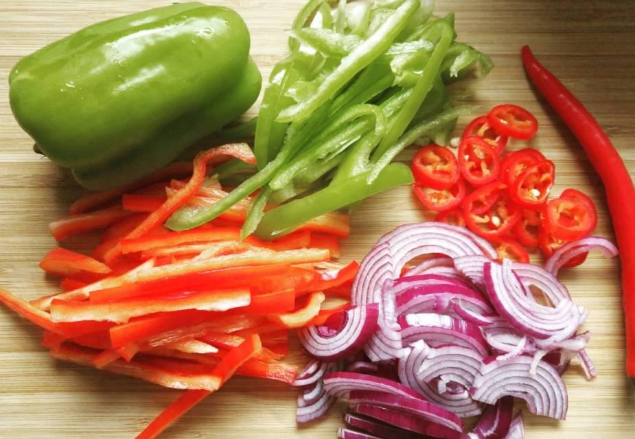Das Gemüse kleinschneiden