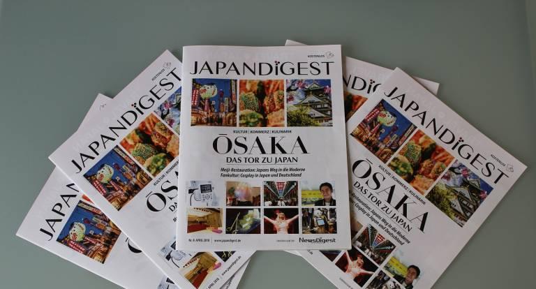 mehrere Ausgaben der April Ausgabe von japandigest auf einem tisch