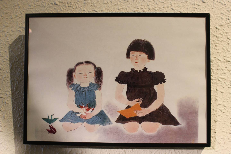 Gemaltes Bild von zwei Mädchen mit Origami