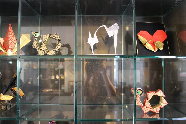 Origami-Exponate in einem Schaukasten