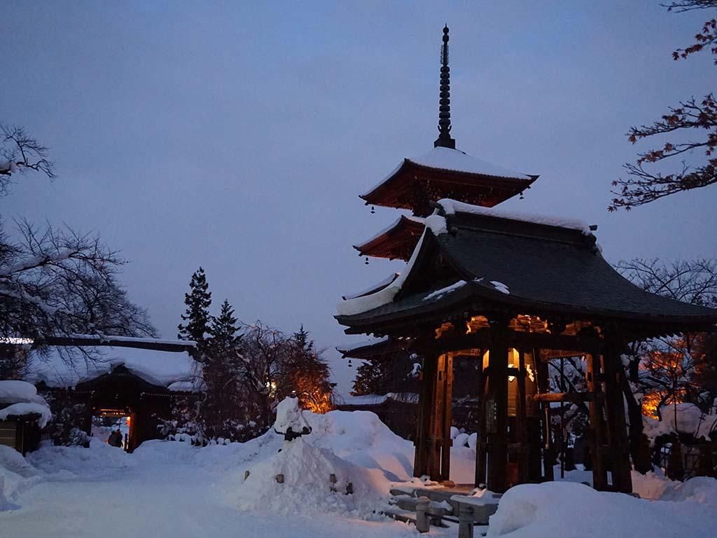 Winter in Hirosaki: schneebedecktes Tempelgelände