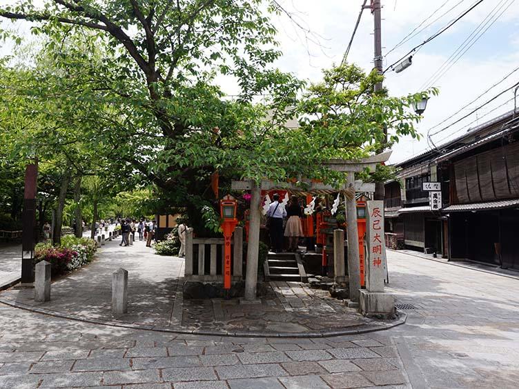 Der kleine Schrein Tatsumi Daimyōjin in Gion