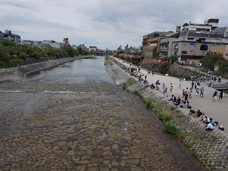 Der Fluß Kamogawa in Kyoto