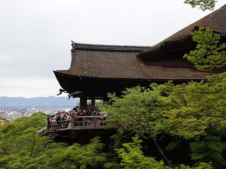 Holzterrasse am Kiyomizudera zwischen Bäumen