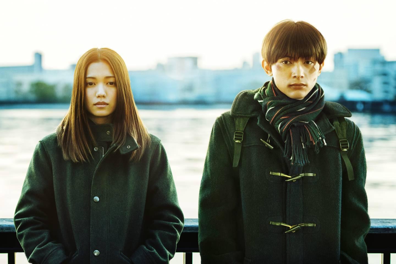 Zwei Jugendliche stehen rücklings an einer Balustrade, Filmausschnitt von River's Edge