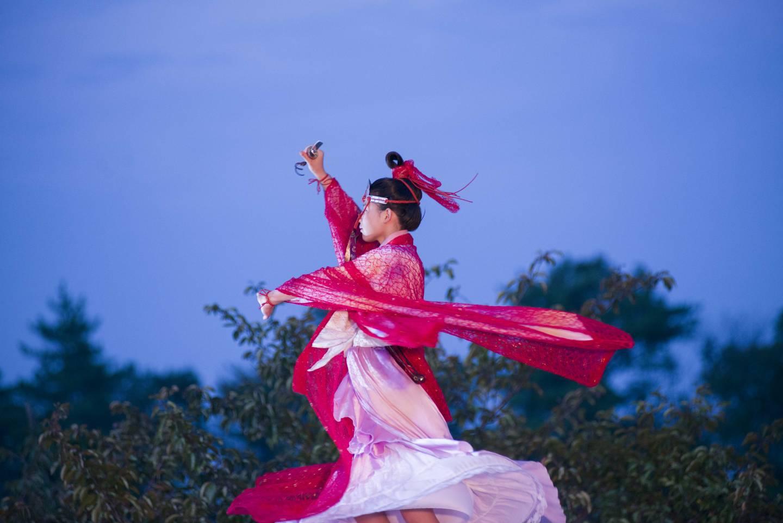 Filmausschnitt tatara samurai: Messerkämpferin in pinkem Gewand