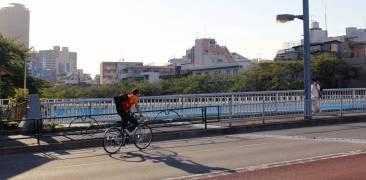 fahrradfahrer überquert brück in kiyosumi