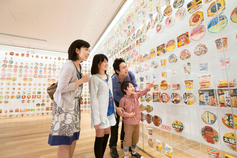 Ausstellungsraum im Cupnoodles Museum Yokohama mit Instant-Ramen Verpackungen
