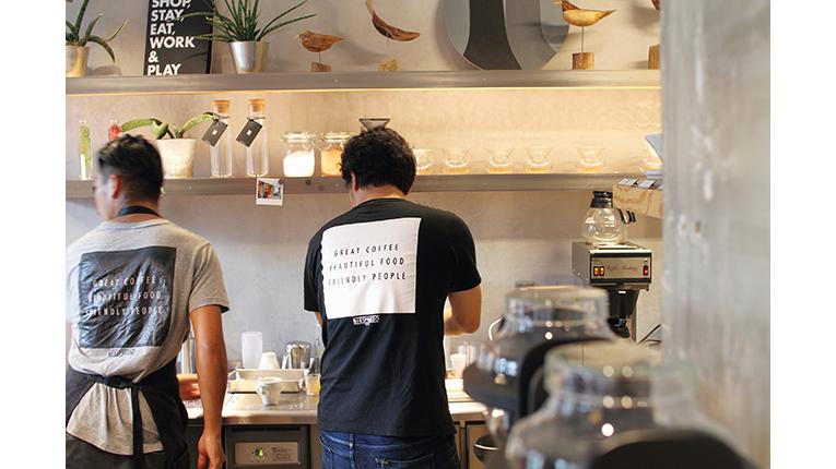 Barista im iki Cafe von hinten